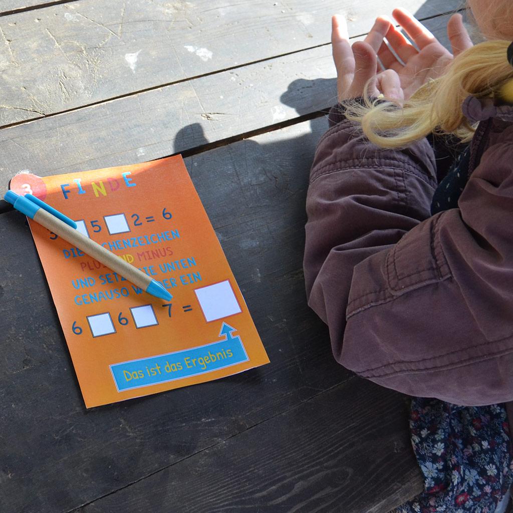 Mini-Bildungs-Schatzsuche: helfende Finger