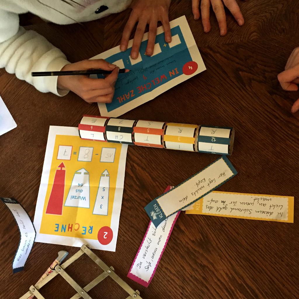Kinder beim Lösen der Rätsel.