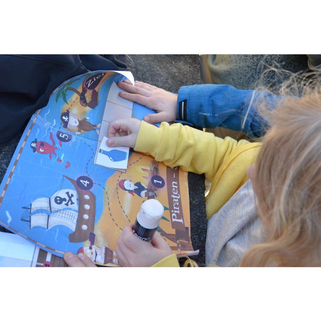 Kinder spielen die Schatzsuche