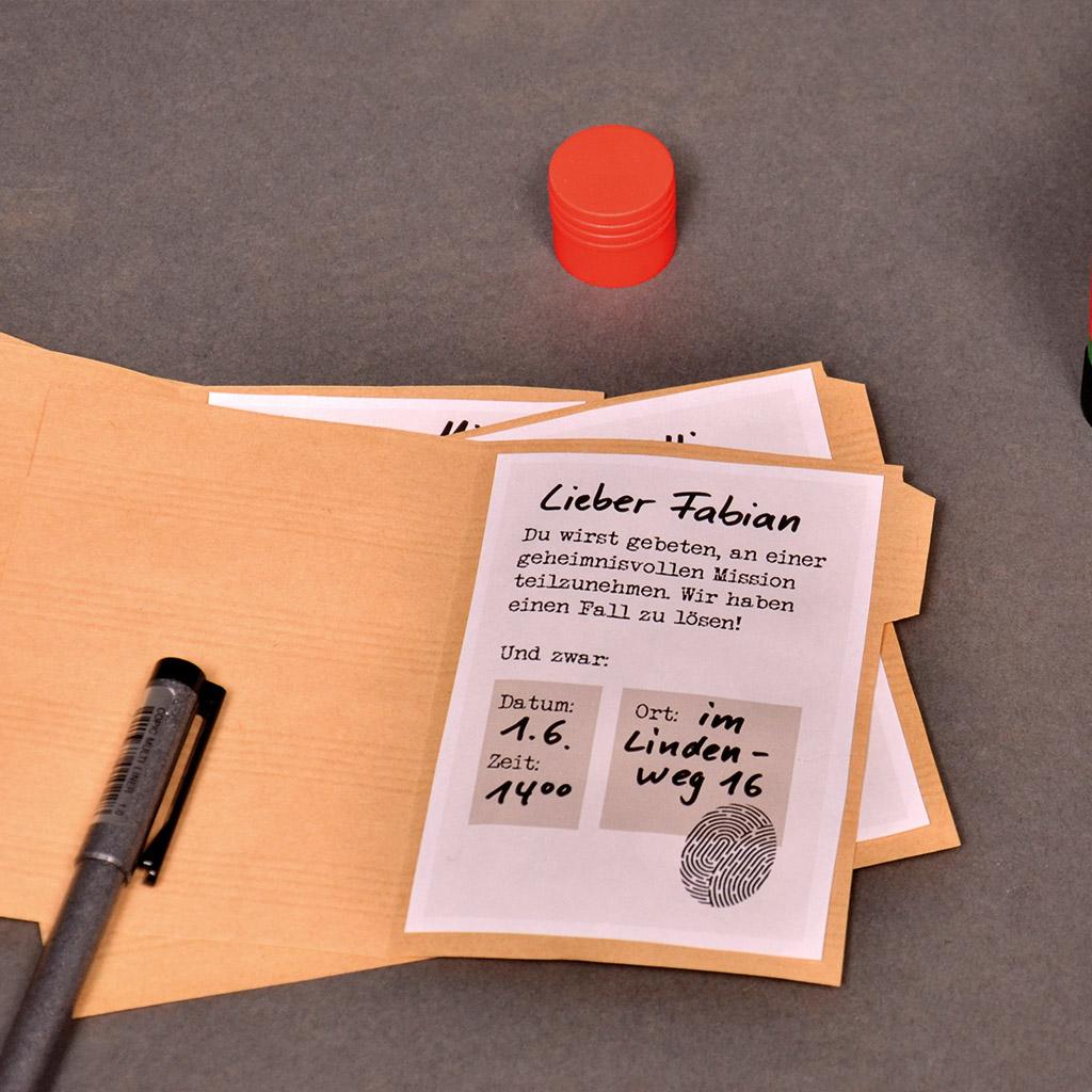 Einladungen zum Detektiv-Kindergeburtstag: Einkleben
