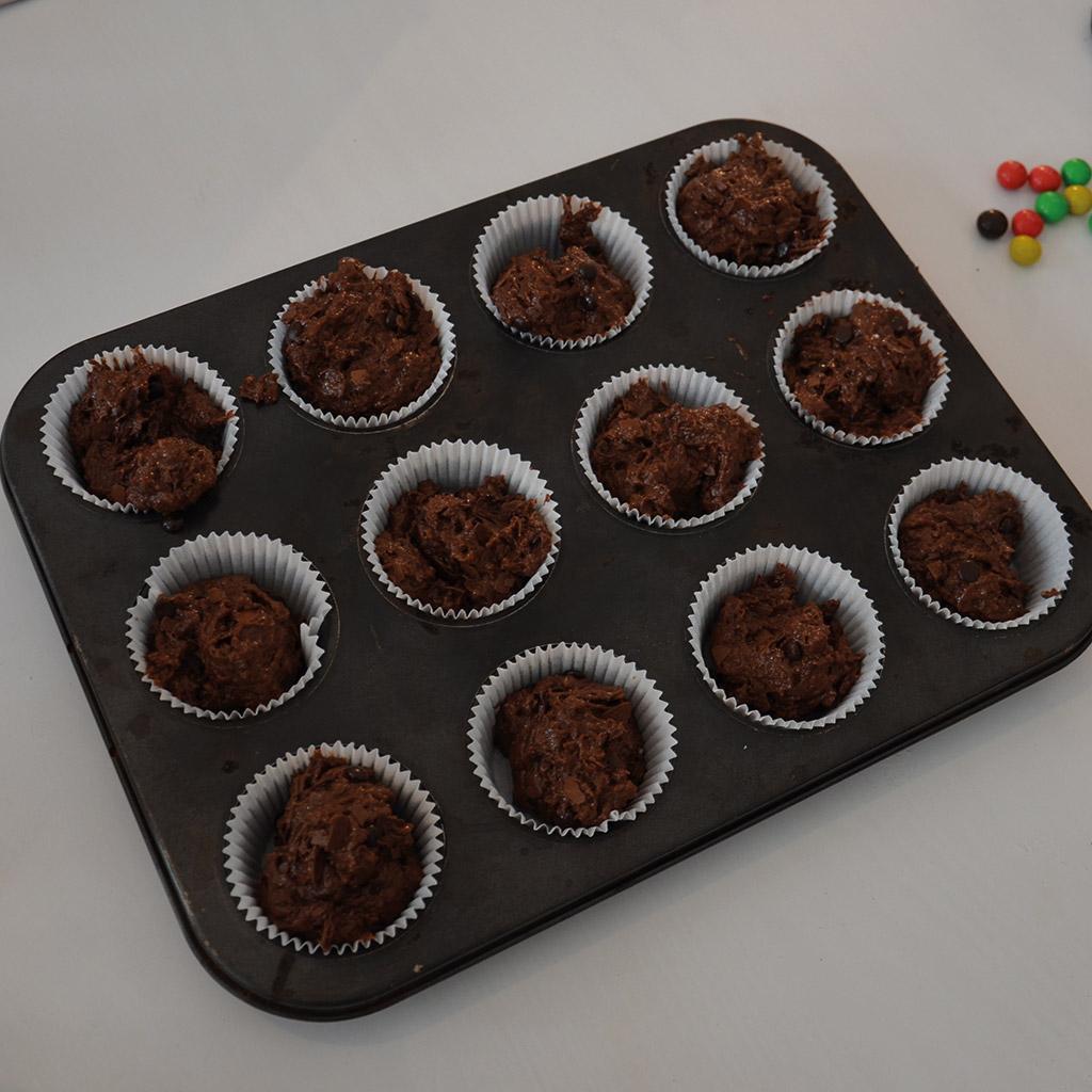 Eulen-Muffins für kleine Zauberer: Teig in die Form füllen