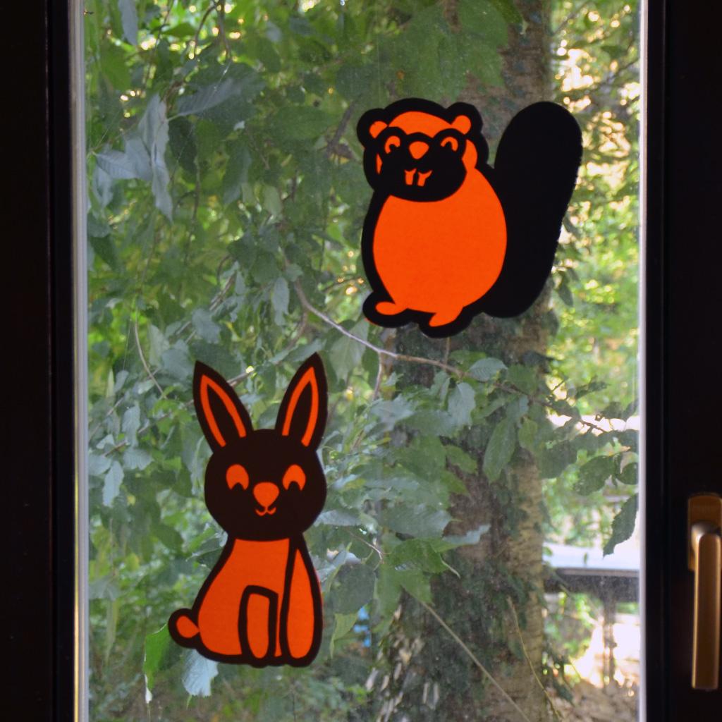 Hase und Biber gemeinsam am Fenster