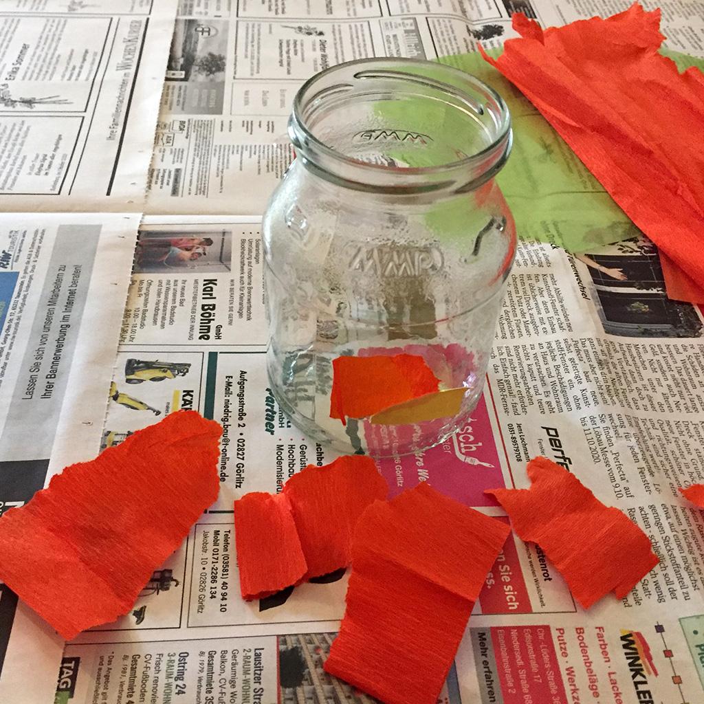 Halloween-Windlichter basteln: Papier zerreißen