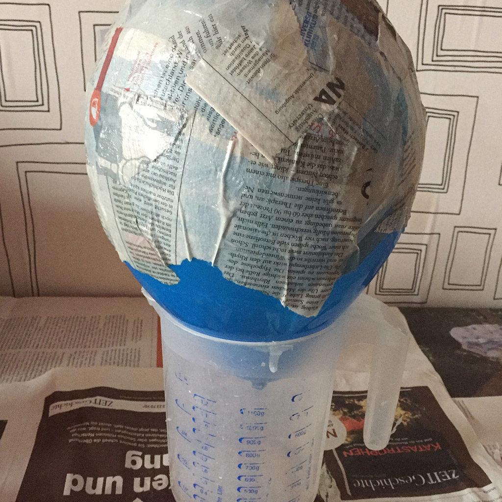 Suchen Sie sich ein Gefäß, auf dem Sie den Ballon abstellen können, ohne dass er wegrollt.