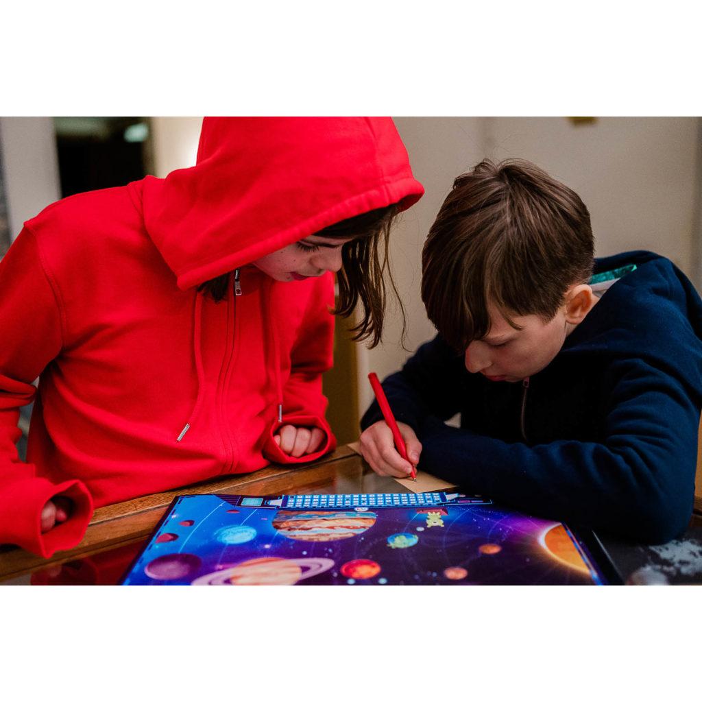 Kinder spielen die Weltall-Schatzsuche