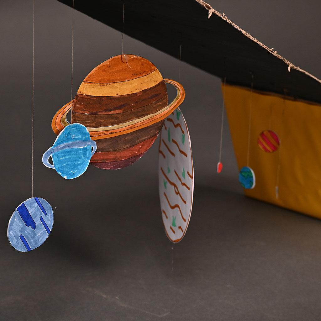 Planeten-Ausmalbild als Sonnenssystem mit einem Gestell aus Pappe