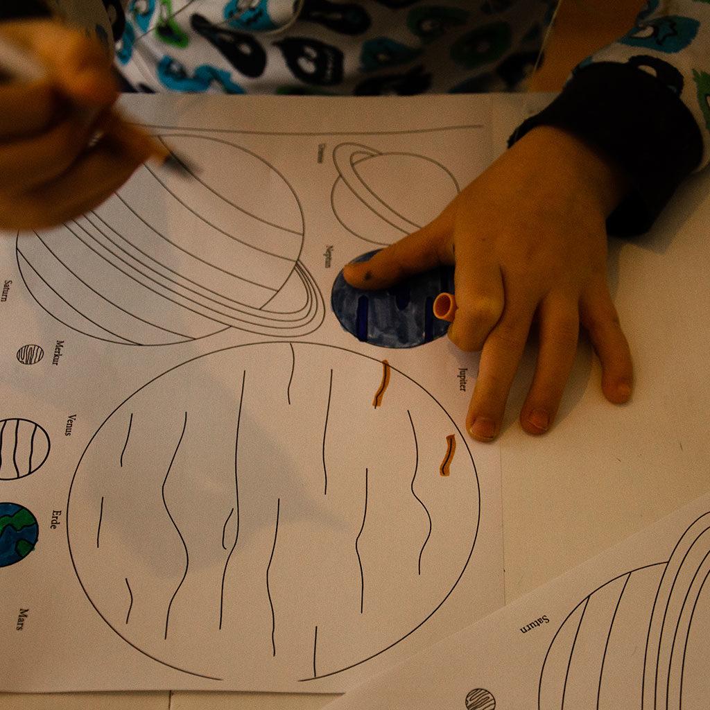 Das Planeten-Ausmalbild mit Kindern bemalen