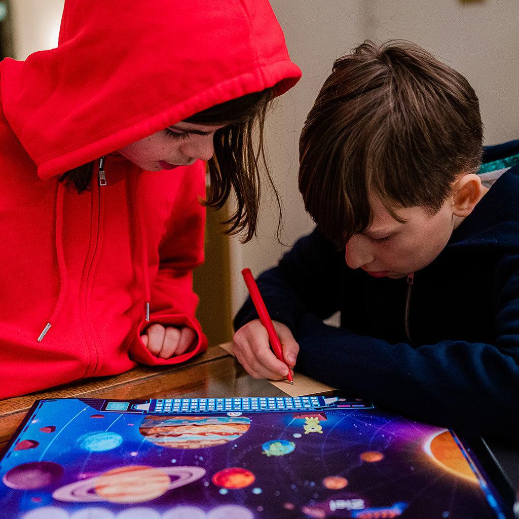 Die Kinder rätseln hochkonzentriert