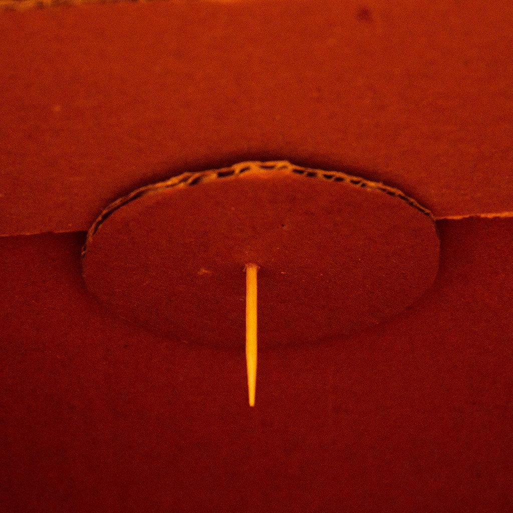 Schatzkiste basteln: Den Schließmechanismus vorbereiten