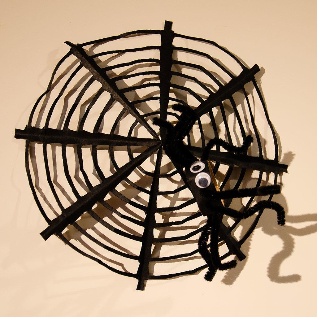 Spinne basteln: Mit passendem Spinnennetz