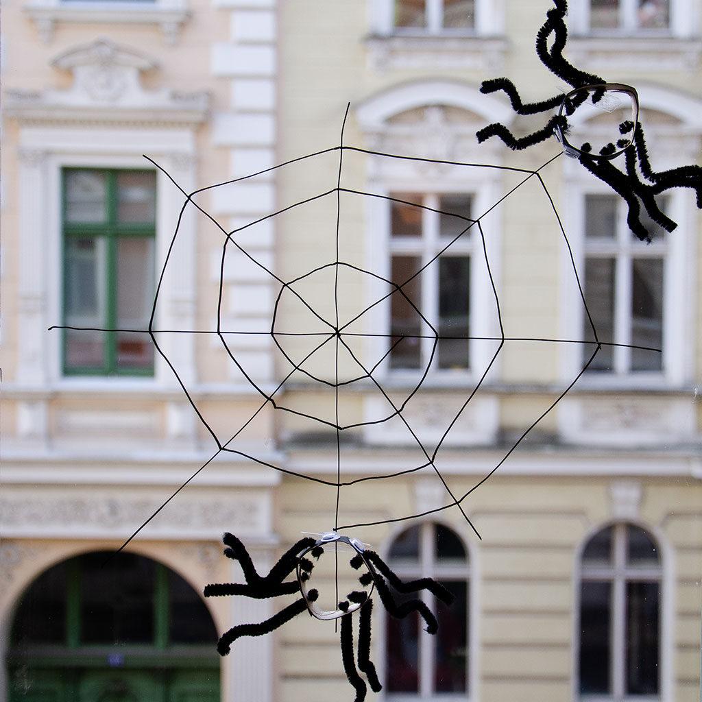 Spinnennetz basteln: Am Fenster zeichnen