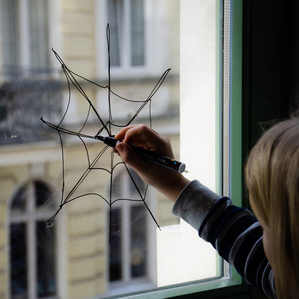 Spinnennetz ans Fenster malen