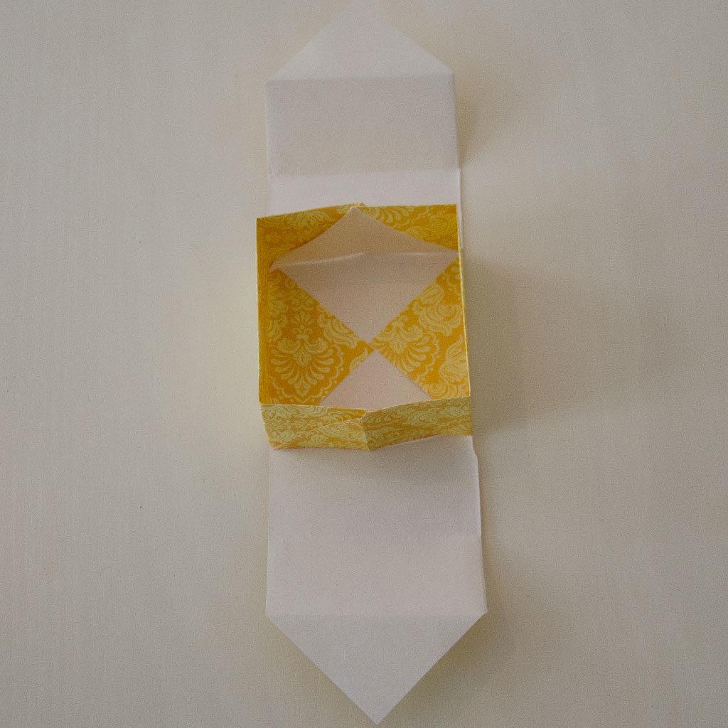 Papierschachtel falten: Fast fertig