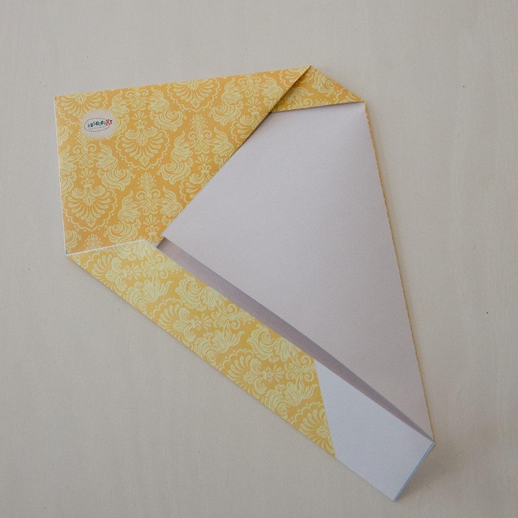 Briefumschlag falten: Die Ecke feststecken
