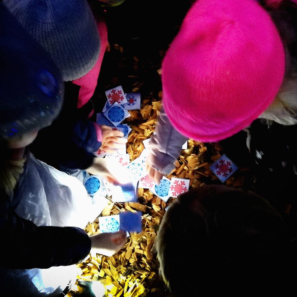 Alles für den Schneekönigin-Kindergeburtstag: Kinder spielen die Schneekönigin-Schatzsuche