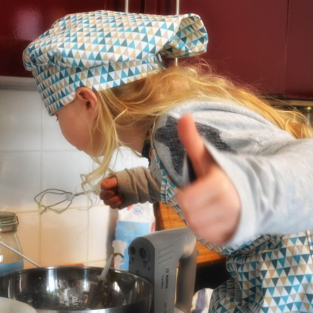 Muffins backen mit Kindern: Den Teig kosten