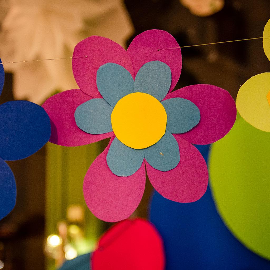 Blumen basteln: Farbe in einen Raum bringen