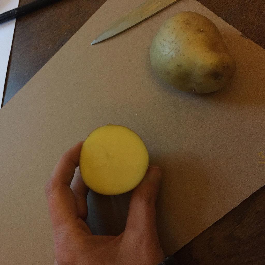 Hieroglyphen mit Kartoffeldruck herstellen