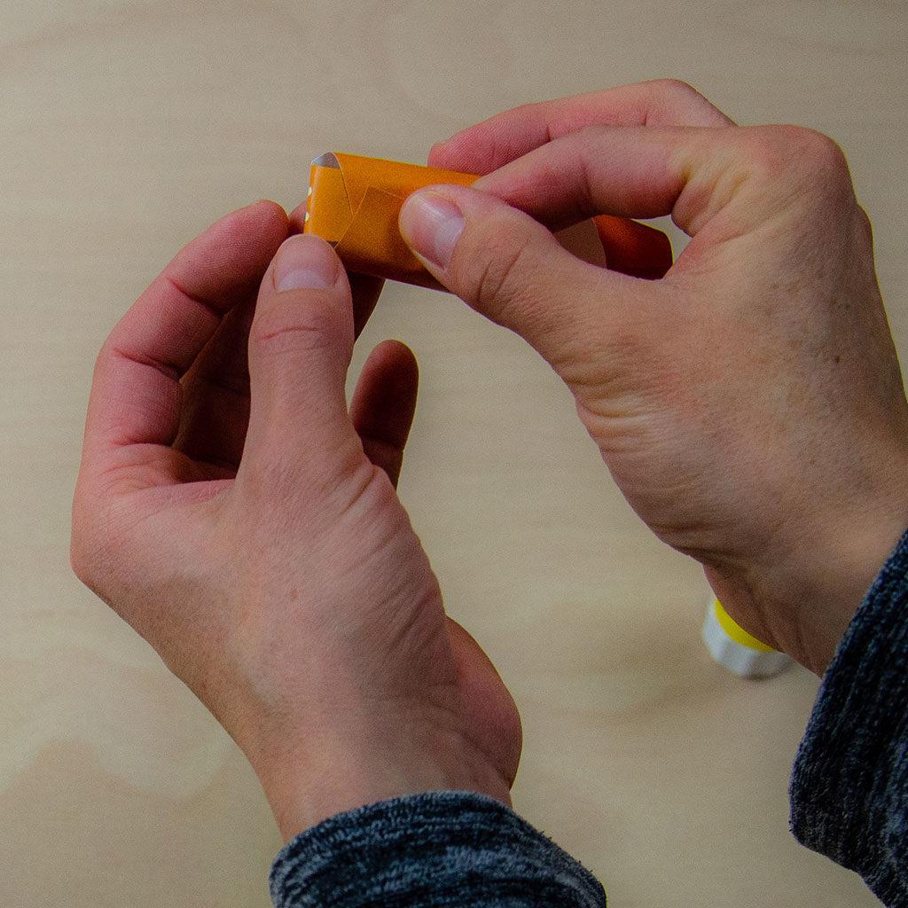 Fingerpuppen basteln: Zusammenkleben
